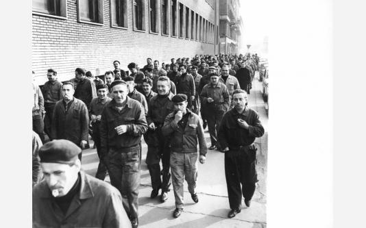 Sciopero dei lavoratori della Riva Calzoni - Corteo - Operai con tuta da lavoro. 22/12/1967