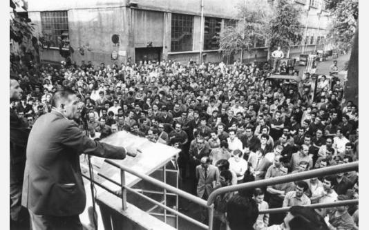 Alfa Romeo - Stabilimento del Portello - Assemblea dei lavoratori - Bruno Trentin al microfono_1970