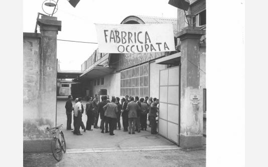 Cge - Occupazione della fabbrica contro i licenziamenti - Lavoratori nel cortile della fabbrica – Striscione. 20/06/1968