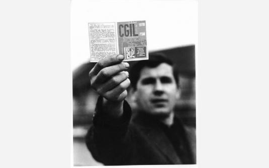 Lavoratore mostra la tessera della Cgil Fillea_1969
