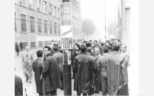 Sciopero dei lavoratori della Cge contro i licenziamenti - Presidio davanti alla fabbrica - Cartello di sciopero Fim Cisl e Fiom. 27/10/1965