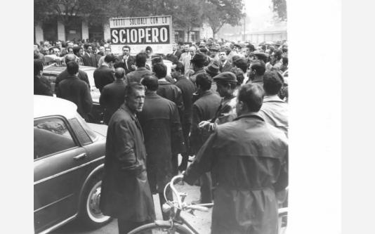 Sciopero dei lavoratori della Cge - Comizio davanti alla fabbrica - Sindacalista al microfono - Lavoratori - Cartello di sciopero. 27/10/1965