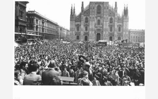 Manifestazione del primo maggio - Bruno Storti al microfono_1975