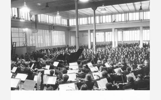Fabbrica Innocenti Leyland (Innse) - Concerto dell'orchestra della Scala - Claudio Abbado dirige l'orchestra_1975