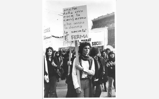 Manifestazione 8 marzo per la giornata internazionale della donna -Corteo - Donna con cartello. 08/03/1977