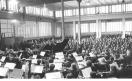 Fabbrica Innocenti Leyland (Innse) - Salone mensa - Interno – Concerto dell'orchestra della Scala - Claudio Abbado dirige l'orchestra - Musicisti – Lavoratori. 10/09/1975